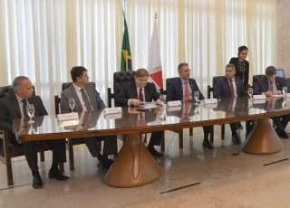 Lideranças políticas reunidas ontem (18-07-19) na Assembleia, quando assinaram a Carta de Minas - Foto - Clarissa Barçante/ALGM