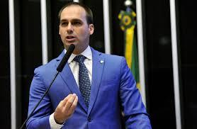 Deputado Eduardo Bolsonaro (PSL-SP), após defender novo AI-5, exibe vídeo do pai, o presidente Bolsonaro, elogiando torturador. Foto - Agência Câmara