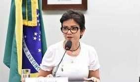 """Deputada Alê Silva diz que """"verdade está do seu lado"""", mas não contesta informação de que usou recurso para pagar serviços postais, que ela classificava como """"privilégios e mordomias"""". Foto - Agência Câmara"""