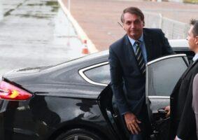 Presidente Jair Bolsonaro desce do carro na saída do Palácio da Alvorada, hoje (11-02) de manhã, para cumprimentar apoiadores. Foto: Valter Campanato/Agência Brasil