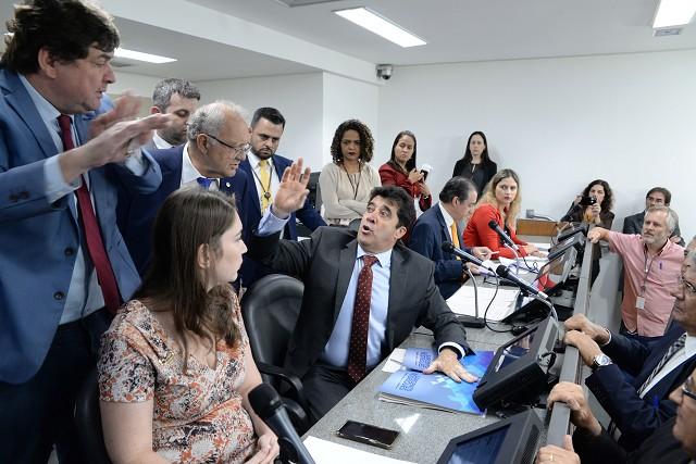 Reunião da Comissão de Fiscalização Financeira e Orçamentária, ontem, que aprovou proposta de aumento para servidores da segurança estadual. Foto - Guilherme Dardanhan/ALMG