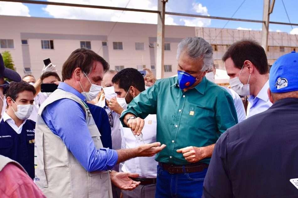 Presidente Bolsonaro e governador de Goiá, Ronaldo Caiado, durante visita a obras de um hospital de campanha. Foto - Governo de Goiás