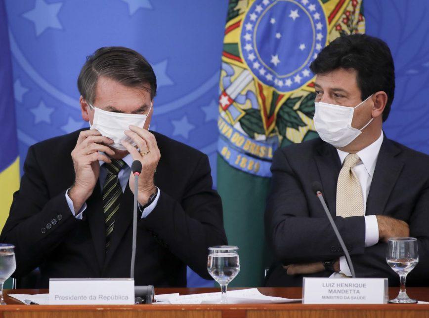 Ministro da Saúde, Luiz Henrique Mandetta (dir.) se fortalece politicamente por seu desempenho no combate ao coronavírus, mas desagrada o chefe Bolsonaro.