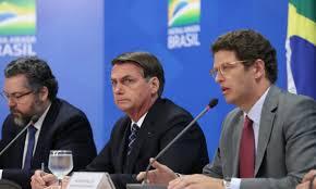 Ministros Ernesto Araújo (esq.) e Ricardo Salles (dir.), podem ser demitidos pelo presidente Bolsonaro (centro). Foto - Marcos Corrêa-Presidência da República/PR