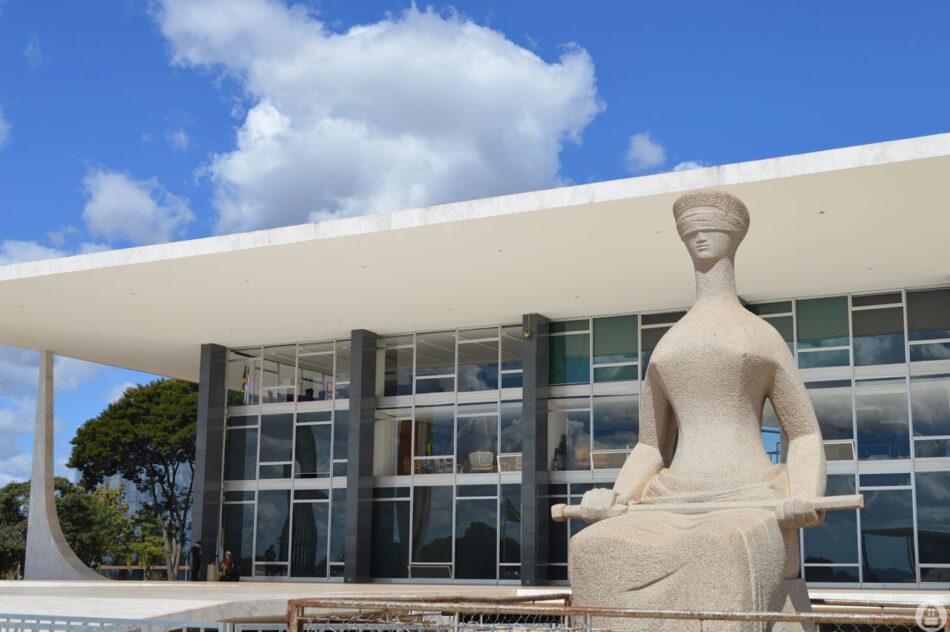 Themis, a deusa da Justiça, em obra do artista Alfredo Ceschiatti, em frente ao Supremo Tribunal Federal (STF), em Brasília