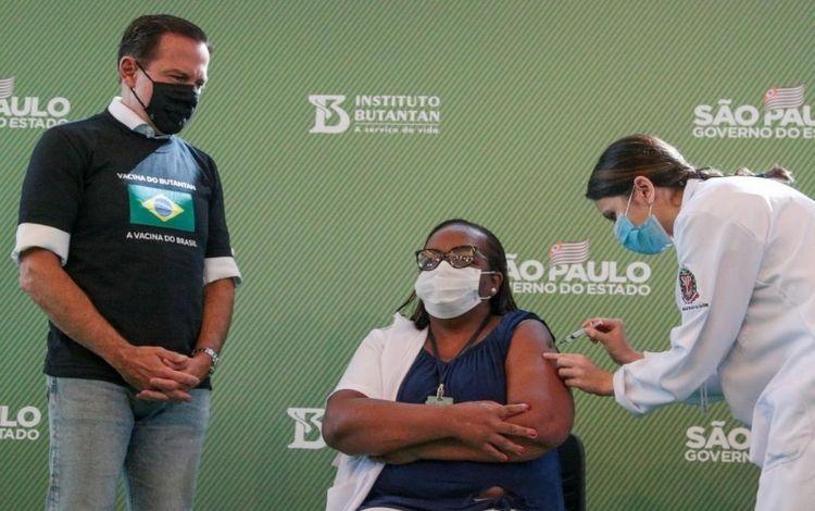 Governador João Dória ao lado da primeira brasileira vacinada contra a Covid-19. Foto - Governo de SP